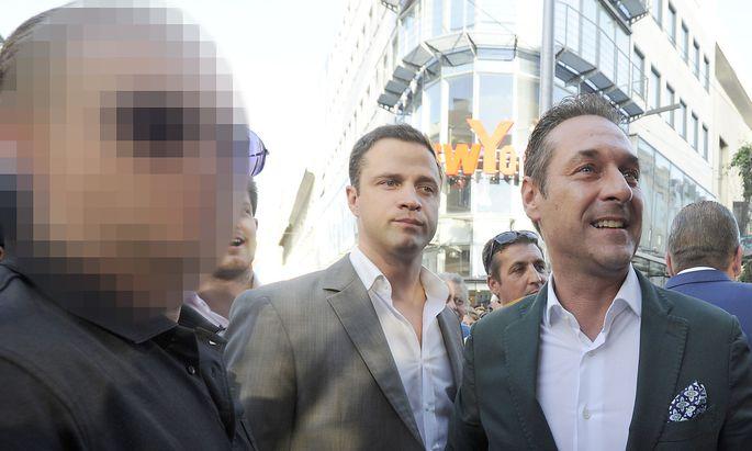 Straches Sicherheitsmann (links)