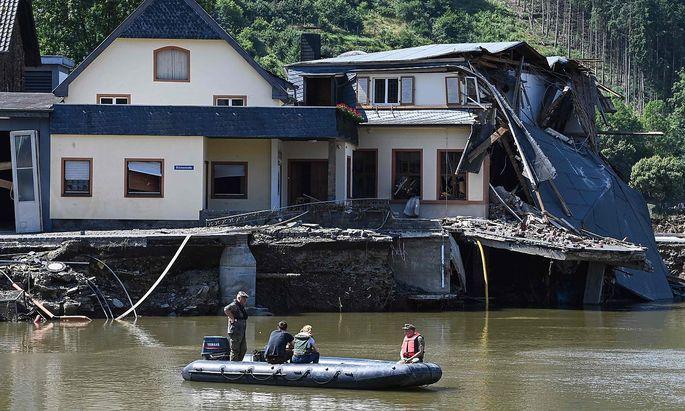 Schadensinspektion in Rech im Bundesland Rheinland-Pfalz, wo das Hochwasser der Ahr schwere Schäden anrichtete.