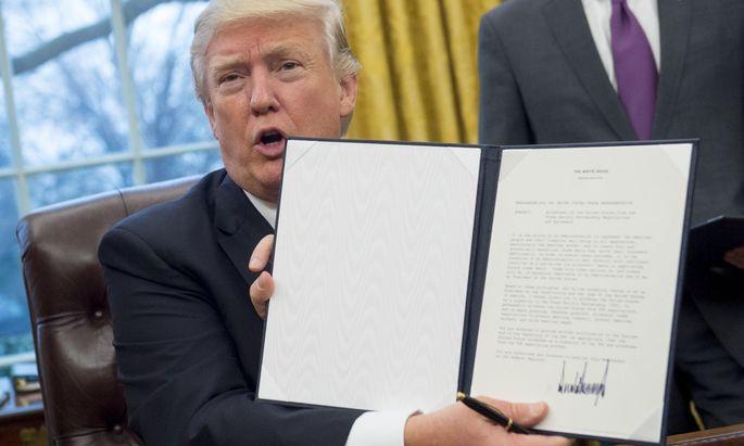 Donald Trump unterzeichnete nach seiner Inauguration als US-Präsident mehrere Dekrete.