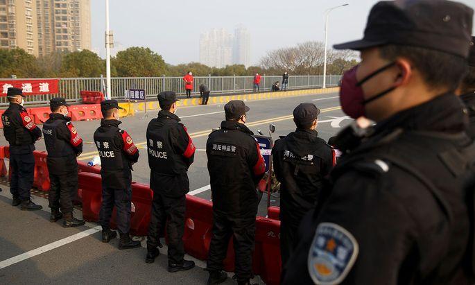 Checkpoint der chinesischen Polizei.nt at the Jiujiang Yangtze River Bridge that crosses from Hubei province in Jiujiang