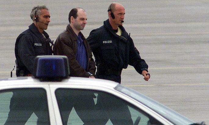 Archivbild von Thomas Drach in Polizeigewahrsam am Hamburger Flughafen vor seinem Haftantritt im Jahr 2000.