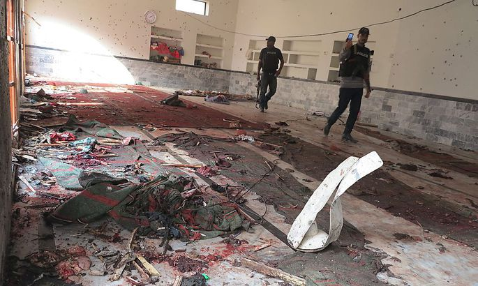 Polizisten sichern den Ort des Attentats, eine Moschee in Shikarpur.