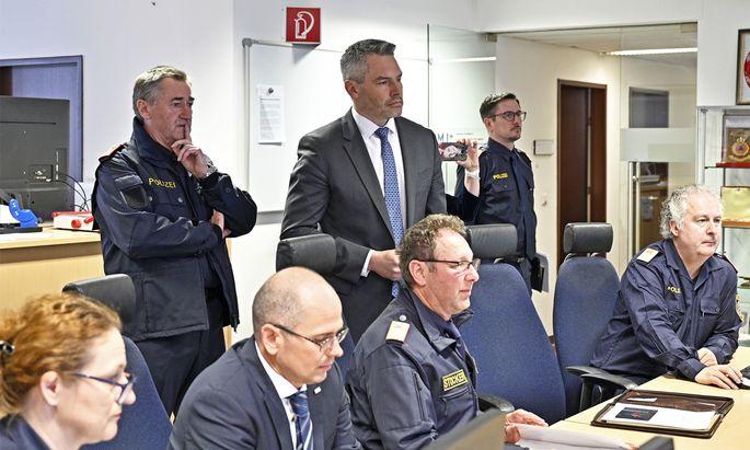Innenminister Karl Nehammer, Generaldirektor f.öffentl. Sicherheit Franz Lang in der Einsatz- und Krisenkoordinationszentrale