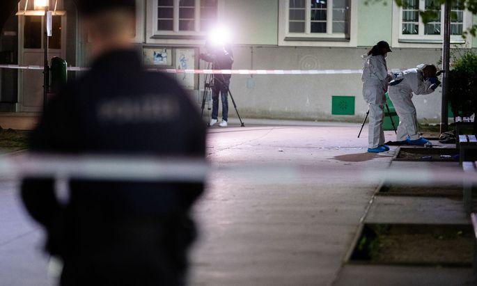 Tatortarbeit: Im Gemeindebau in Wien Brigittenau wurde eine 35-jährige Frau erschossen. Der alkoholisierte Tatverdächtige wurde im Hof festgenommen.