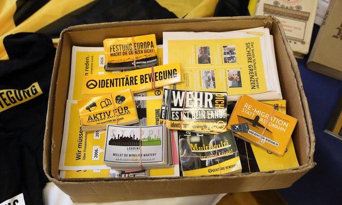 Eine Kiste mit Flyern der Identitären Bewegung