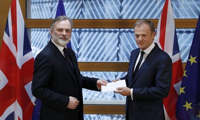 Barnier überreicht Tusk den Brexit-Brief.