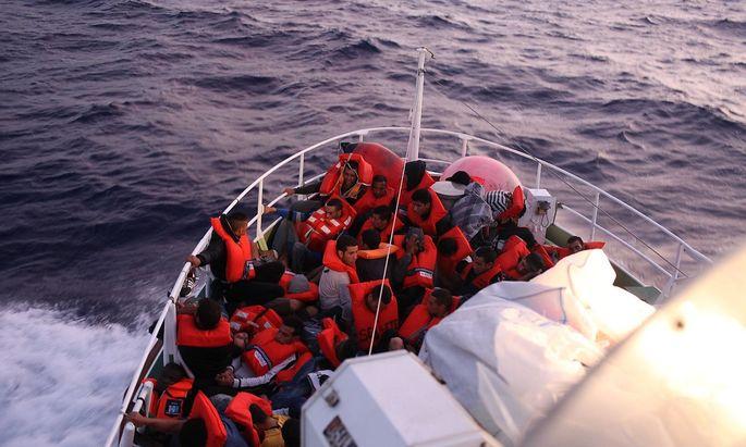Sebastian Kurz bleibt in der Seenotrettungsdebatte bei seinem Standpunkt: Rettungsschiffe würden Schleppern in die Hände spielen.
