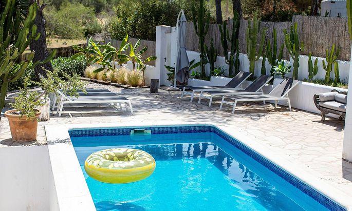 """Pool und Garten jener Villa auf Ibiza, in der im Sommer 2017 die """"Video-Falle"""" zuschnappte."""