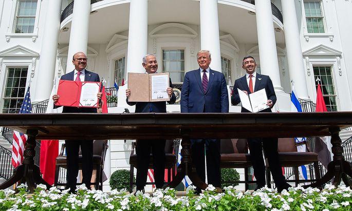 Ein hochkarätiges Quartett unterzeichnete in Washington das Abkommen: Bahrains Außenminister Abdullatif al-Zayani, Israels Premierminister Benjamin Netanyahu, US-Präsident Donald Trump und der Außenminister der Vereinigten Arabischen Emirate, Abdullah bin Zayed Al-Nahyan.