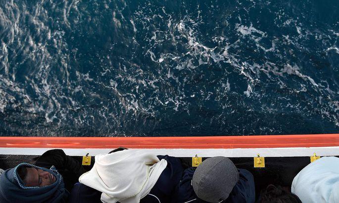 """Archivbild. Während dem NGO-Schiff """"Aquarius"""" das Anlegen in Sizilien verwährt wurde, brachte die italienische Marine 932 Migranten nach Catania."""