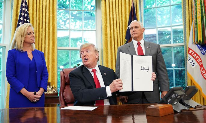 US-POLITICS-IMMIGRATION-TRUMP-SIGN-MIGRANTS