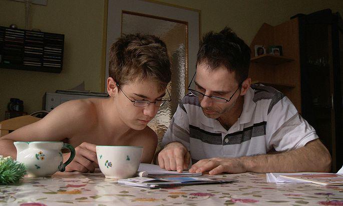 Was heißt das? Wenn Vater und Sohn versuchen, einen Behördenbrief zu lesen und zu verstehen, ist Kurt auf Hilfe angewiesen.