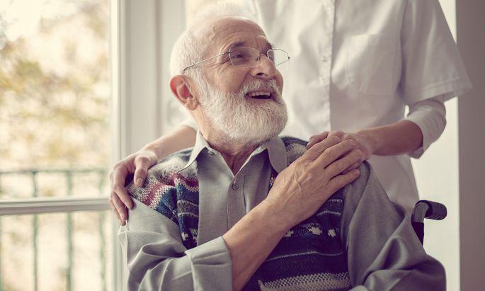 Eine positive Auseinandersetzung mit dem Phänomen Altern sowie neue Ansätze, die negativen Begleiterscheinungen zu mildern, ist der Inhalt verschiedenster Studienrichtungen.