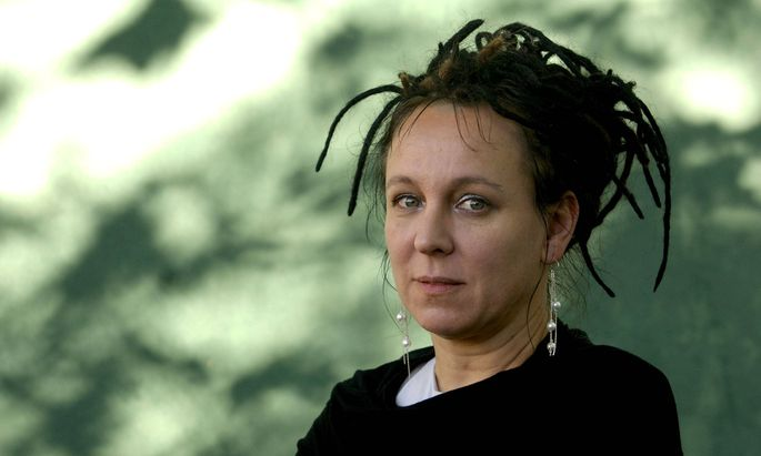 """Olga Tokarczuk (* 1962) zählt zu den wichtigsten polnischen Autorinnen der Gegenwart. Mit dem Roman """"Ur und andere Zeiten"""" (1996) wurde sie auch im deutschsprachigen Raum bekannt."""