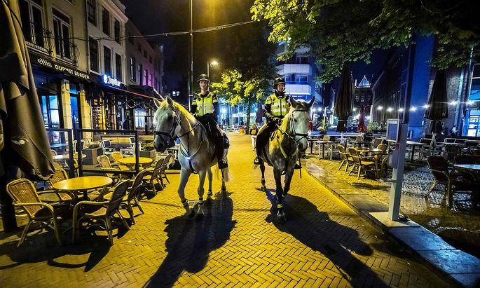 Die Polizei kontrolliert in Utrecht wieder die Ausgangsbeschränkungen.