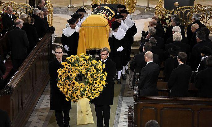 Einen Kranz aus gelben Sonnenblumen widmeten Schmidts Tochter und Lebensgefährtin dem Verstorbenen.