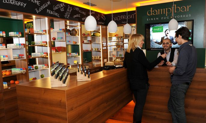 Einsteins Dampfbar setzt Trend zum Nichtraucherlokal der Zukunft - 140 verschiedene E-Zigaretten kostenlos probieren