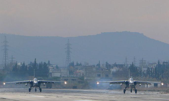 Russische Sukhoi Su-24 kehren von ihrem Einsatz zurück.