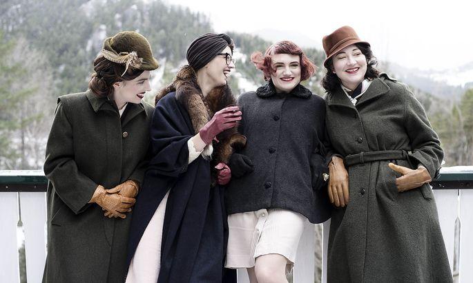 """Im Video zu """"Im Rausch der Zeit"""" besingt Hyäne Fischer (links) mit einer Gruppe von Frauen in Eva-Braun-Ästhetik ein alpenländisches Idyll. Was (vermutlich) an Hitlers Feriendomizil am Obersalzberg erinnern soll, ist eigentlich der Semmering."""