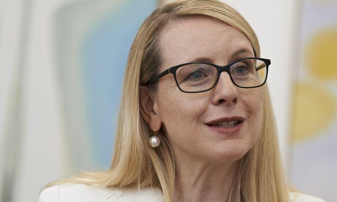 """""""Einige Branchen werden noch lange leiden"""", glaubt Ministerin Schramböck."""
