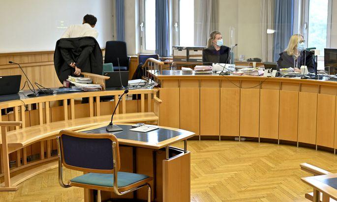Hinter Plexiglas und mit Mund-Nasen-Schutz tagte der Schöffensenat im Wiener Baufonds-Prozess.