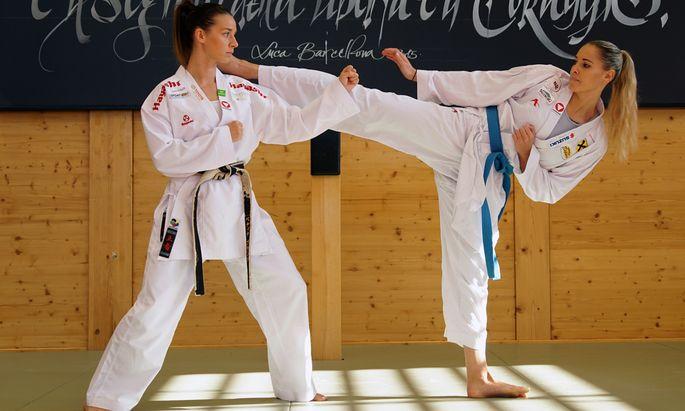 Bettina Plank und Alisa Buchinger zeigen es vor: Karate verlangt Ruhe und Körper- beherrschung.