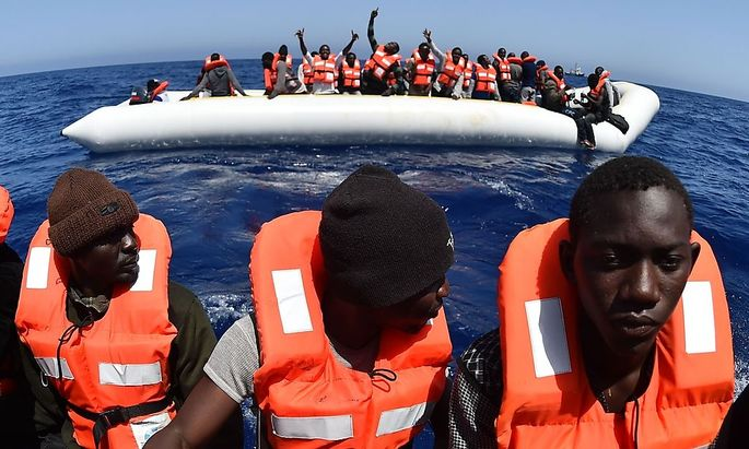 Flüchtlinge werden in Schlauchbooten vor dem Ertrinken gerettet.