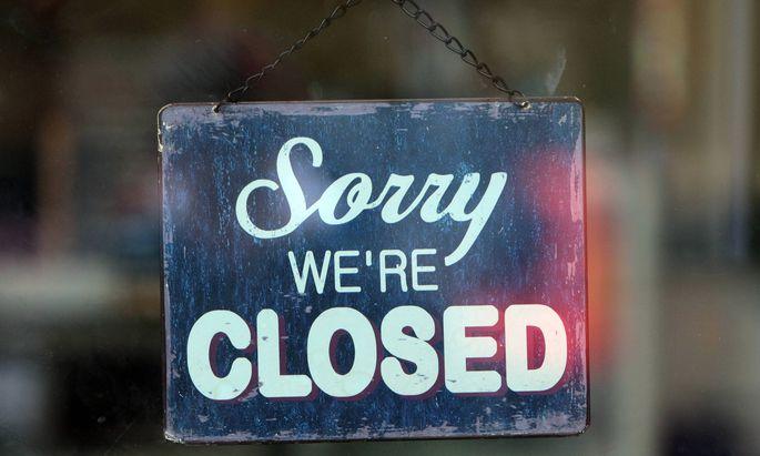 Schild mit Aufschrift closed geschlossen an der Eingangst�r zu einem Gesch�ft in Berlin Deutschland