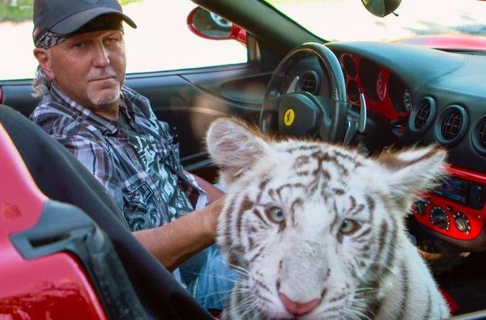 Jeff Lowe mit einem weißen Tiger im Ferrari