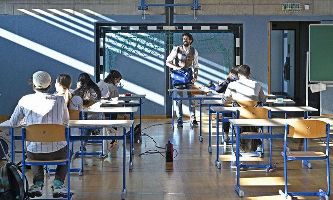 Normalerweise dürfen Schulen, Klassen oder Gruppen nur dann vom Schichtbetrieb abweichen, wenn die Bildungsdirektion zustimmt. Ausnahmen gibt es für Matura- und andere Abschlussklassen.