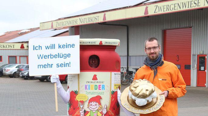 """Manuel Wiemann mit dem """"Goldenen Windbeutel"""" für Bio-Hersteller Zwergenwiese"""