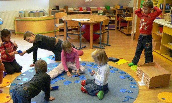In Montessorischulen werden Kinder ermuntert, in einer vorbereiteten Umgebung nach eigenen Interessen und in eigenem Tempo selbstständig zu lernen.
