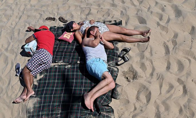Derzeit sind die Temperaturen noch angenehm und ein Sonnenbad wohltuend - wie hier in Bournemouth in Südengland.