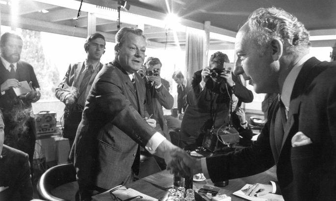 Beginn der Koalitionsverhandlungen am 1. Oktober 1969 zwischen SPD-Vorsitzendem Willy Brandt und FDP-Chef Walter Scheel in Bonn.