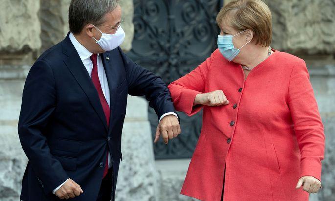 Laschet (li.) und Angela Merkel