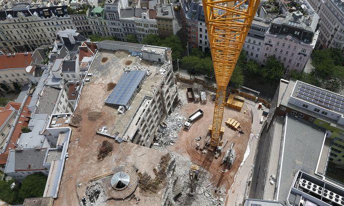 Dicht verbaute Stadtgebiete erfordern eine besonders ausgefeilte Baustellenlogistik. Im Bild die Baustelle des neuen KaDeWe in der Wiener Mariahilferstraße