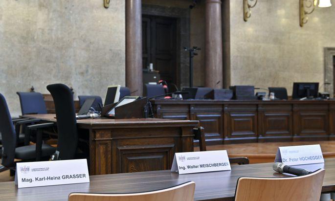 Die Sitzplätze der Angeklagten Grasser, Meischberger und Hochegger im Großen Schwurgerichtssaal.