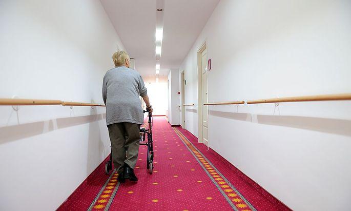 In den Pflegewohnhäusern Wiens soll künftig nur ein Arzt – statt bisher zwei – Nachtdienst haben.