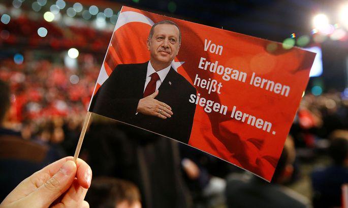 Eine Flagge während des Besuchs des türkischen Premiers Yildirim in Oberhausen.