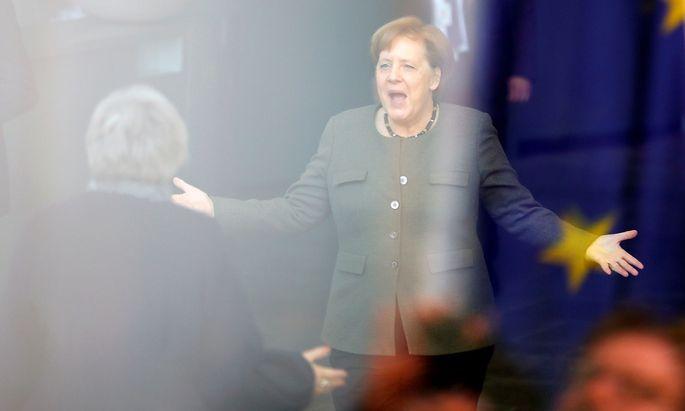 Hoppla, zu spät. Angela Merkel kam zu spät, um Theresa May am Eingang des Bundeskanzleramts in Berlin zu begrüßen.