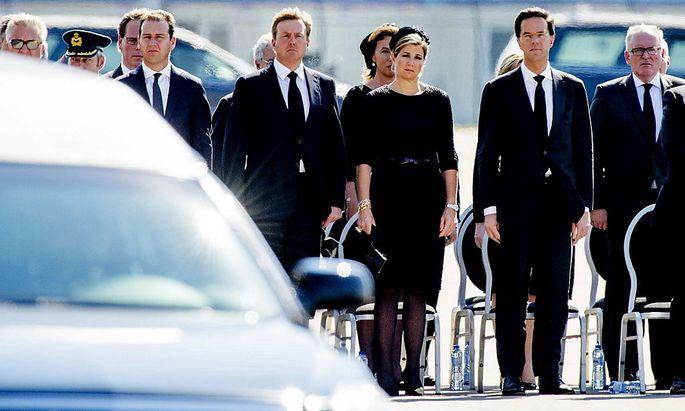 Trauer in den Niederlanden: König Willem-Alexander, seine Frau Maxima und Premier Mark Rutte sind mit der Situation am Absturzort der Malaysian-Air-Air-Maschine nicht zufrieden.