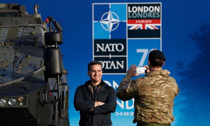 Soldaten posieren vor dem Emblem des Nato-Gipfels in London.