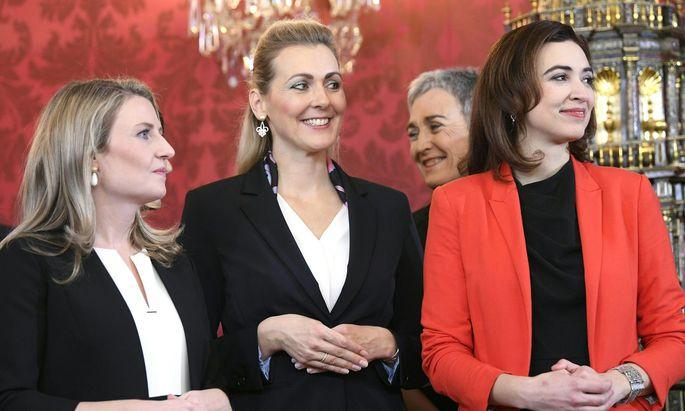 Susanne Raab (links im Bild) verurteilt die Hetze gegen Alma Zadic (rechts im Bild)