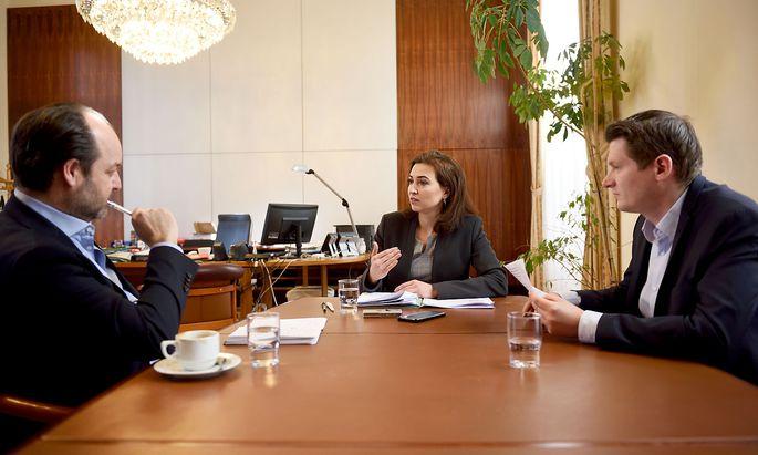 """""""Das Eherecht ist veraltet"""", meint Justizministerin Alma Zadić im Interview mit den """"Presse""""-Redakteuren Philipp Aichinger (r.) und Oliver Pink."""