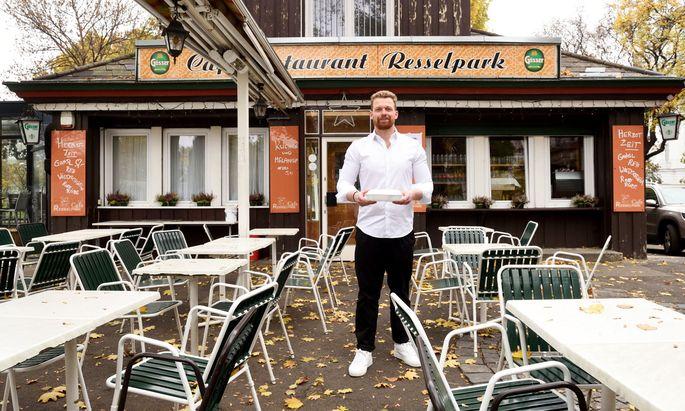 Daniel Trattner gibt vor seinem Café Resselpark kostenlos Essen an Bedürftige aus.