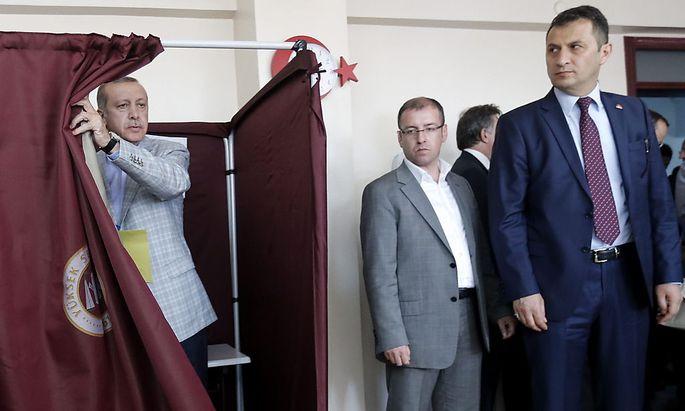 Noch-Premierminister Erdoğan bei seiner Stimmabgabe in Istanbul.