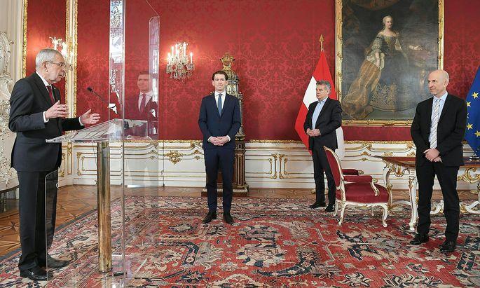 Kocher (ganz rechts) bei seiner Angelobung am Montag in der Hofburg.