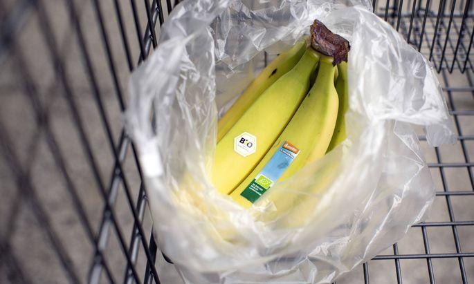 In Deutschland kündigte Aldi an, für jedes Obstsackerl aus Plastik künftig einen Cent zu verlangen.
