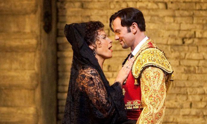 """Elīna Garanča und Teddy Tahu Rhodes in der """"Carmen""""-Produktion der New Yorker Met."""