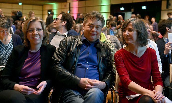 Werner Kogler (Mitte), Leonore Gewessler (li.) und Birgit Hebein bei der Landesversammlung der Wiener Grünen.